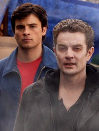 "Da sinistra: Tom Welling e James Marsters sul set di ""Smallville"""