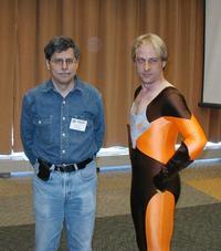 Un imbarazzato Paul Levitz in posa con un cosplayer di Timber Wolf