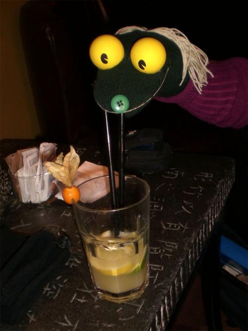 El Braino si gode la serata bevendo un cocktail