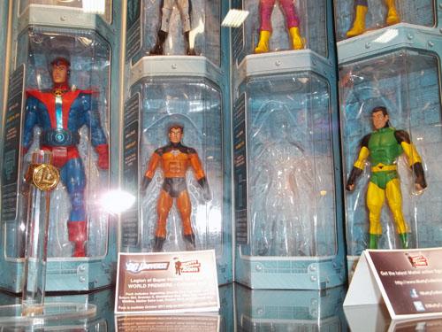 """Il set """"DC Universe Classics"""" della Legione, fotografato in anteprima al SDCC '11"""